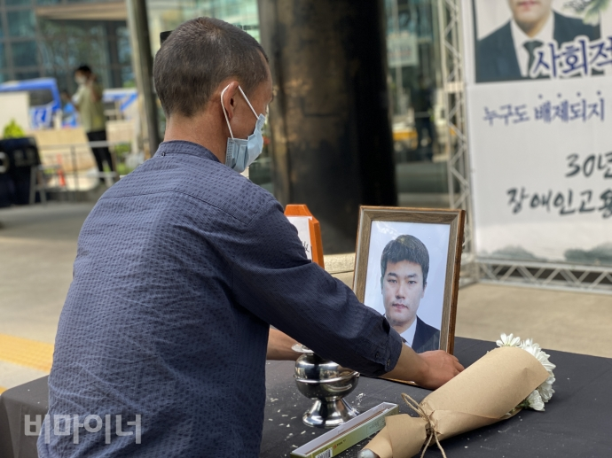 Father of Kim Jae-soon is making memorial altar for his son